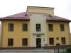 Trhová Kamenice, Raisovo náměstí 2 (Pardubický kraj) - základní škola - památník ředitele školy Františka Hudce
